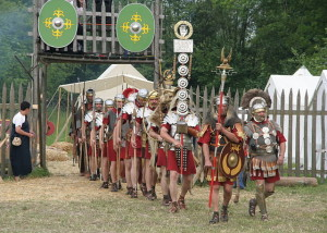 640px-Roman_soldiers_with_aquilifer_signifer_centurio_70_aC